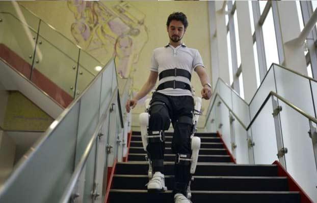 Tuta per le persone disabili che permette di salire le scale